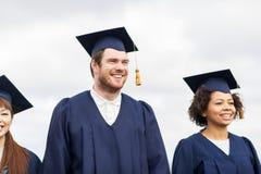 Estudantes ou licenciado felizes em placas do almofariz fotos de stock royalty free