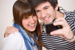 Estudantes - pares adolescentes felizes que tomam a foto Fotografia de Stock