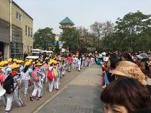 Estudantes pequenos chineses fora da escola Foto de Stock Royalty Free