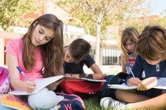 Estudantes pequenos no terreno da escola imagem de stock royalty free