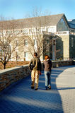 Estudantes que andam no terreno Fotos de Stock Royalty Free