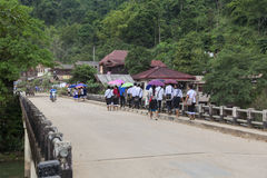 Estudantes que andam para trás da escola em uma ponte Imagens de Stock
