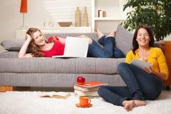 Estudantes que aprendem em casa Fotos de Stock Royalty Free