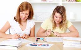 Estudantes que aprendem na mesa Imagens de Stock Royalty Free