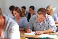 Estudantes que aprendem na universidade Fotografia de Stock Royalty Free