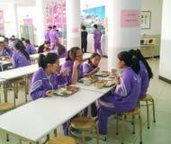 estudantes que comem o almoço no salão de jantar foto de stock
