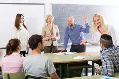 Estudantes que conversam na sessão de formação para empregados durante a ruptura fotos de stock royalty free
