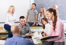Estudantes que conversam na sessão de formação para empregados durante a ruptura fotografia de stock royalty free