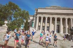 Estudantes que correm em escadas da construção de biblioteca da Universidade de Columbia fotografia de stock