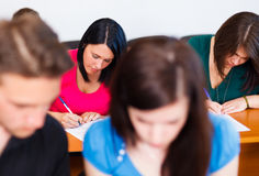 Estudantes que escrevem o exame Imagens de Stock Royalty Free