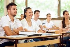 Estudantes que escutam uma leitura imagem de stock royalty free