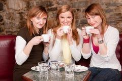 Estudantes que esperam o café e o havi bebendo Imagens de Stock