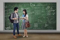 Estudantes que estão e que discutem na classe Imagem de Stock