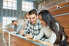 Estudantes que estudam na classe fotos de stock