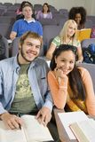 Estudantes que estudam na sala de aula fotos de stock