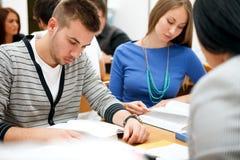 Estudantes que estudam na sala de aula foto de stock