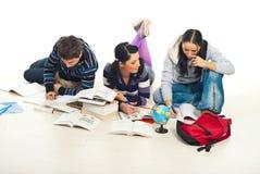 Estudantes que estudam no assoalho Foto de Stock Royalty Free