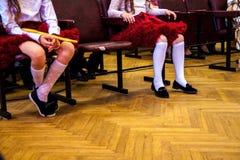 Estudantes que exercitam na classe de dan?a Desempenho da dan?a na escola imagem de stock