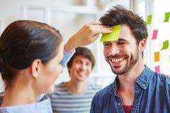 Estudantes que fazem o exercício de formação da equipe imagem de stock