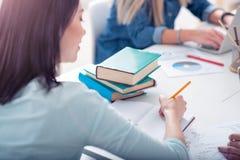 Estudantes que fazem seus trabalhos de casa Imagens de Stock Royalty Free