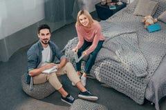 Estudantes que fazem trabalhos de casa junto Fotografia de Stock Royalty Free