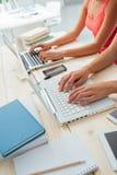 Estudantes que fazem trabalhos de casa na mesa Fotos de Stock