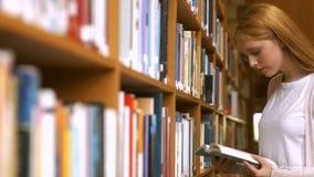 Estudantes que leem em uma biblioteca video estoque