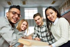 Estudantes que levantam na classe fotos de stock royalty free