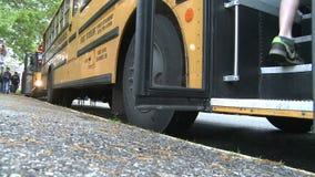 Estudantes que obtêm no ônibus (3 de 3)
