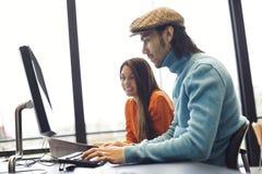 Estudantes que pesquisam a informação para o projeto acadêmico Imagens de Stock