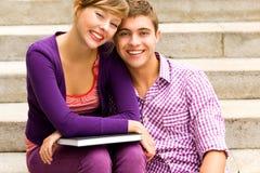 Estudantes que prendem livros Fotos de Stock Royalty Free