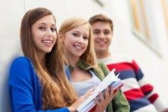 Estudantes que prendem seus livros Imagem de Stock
