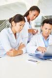 Estudantes que reaserching com a tabuleta na Faculdade de Medicina imagem de stock