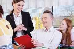 Estudantes que riem em classes fotografia de stock royalty free