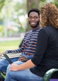 Estudantes que sentam-se na universidade no terreno Imagens de Stock