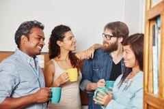 Estudantes que tomam o breat do café em equipe imagens de stock