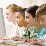 Estudantes que trabalham em computadores Imagem de Stock Royalty Free