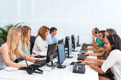 Estudantes que trabalham em computadores. Foto de Stock Royalty Free