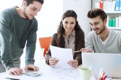 Estudantes que trabalham em um projeto Imagens de Stock