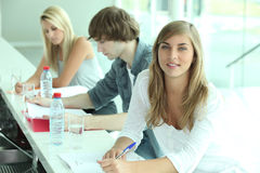 Estudantes que trabalham em um projeto fotografia de stock royalty free