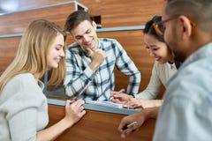 Estudantes que trabalham junto fotografia de stock