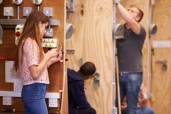 Estudantes que treinam para ser eletricistas na oficina Imagens de Stock Royalty Free