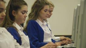 Estudantes que usam computadores vídeos de arquivo