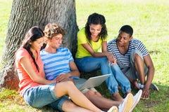 Estudantes que usam o portátil no terreno da faculdade Fotografia de Stock Royalty Free