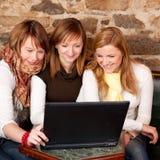 Estudantes que verific o email em uma barra do caffee Fotos de Stock