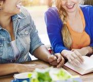 Estudantes Team Meeting Discussion Happiness Concept Fotografia de Stock Royalty Free