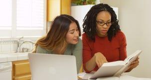 Estudantes universitário asiáticas e pretas que estudam com laptop imagens de stock