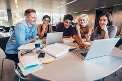 Estudantes universitário em colaboração com sua atribuição Fotos de Stock