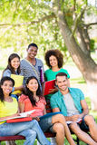 Estudantes universitário felizes no terreno Fotografia de Stock Royalty Free