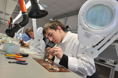 Estudantes universitário na engenharia elétrica na sala de aula foto de stock